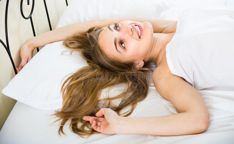 Portret van mooi meisje wakker in bed stock fotografie