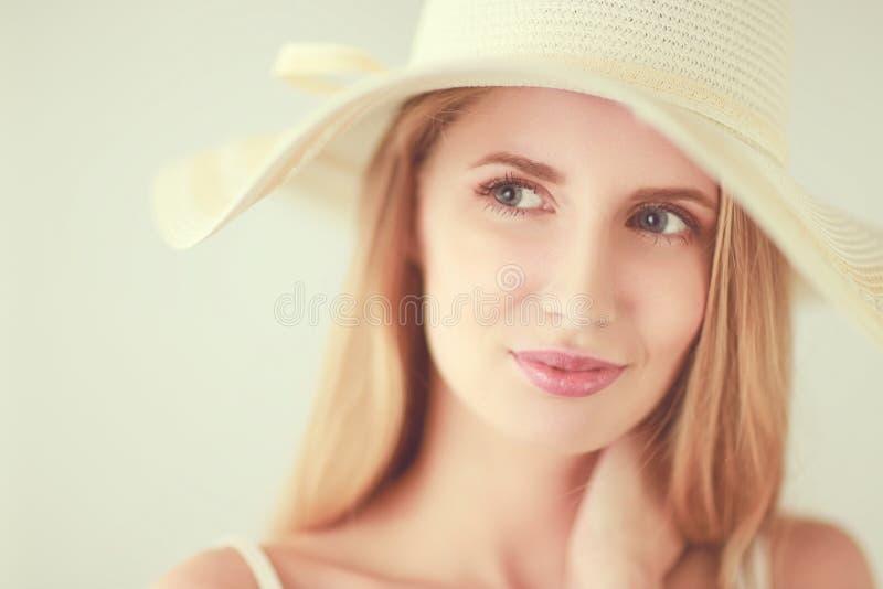 Portret van mooi model in hoed, dat op witte achtergrond wordt geïsoleerd stock fotografie
