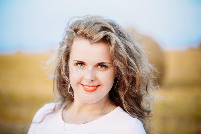 Portret van Mooi plus Grootte Jonge Vrouw binnen royalty-vrije stock fotografie