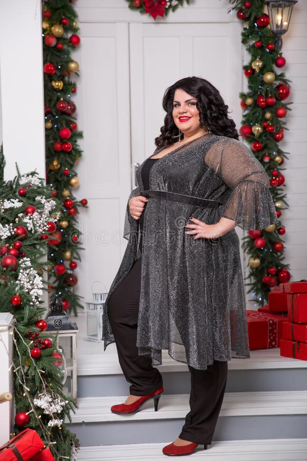 Portret van mooi plus grootte jonge vrouw De achtergrond van het nieuwjaar of van Kerstmis stock foto