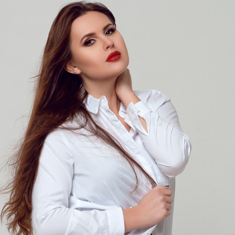 Portret van mooi plus grootte krullende jonge vrouw royalty-vrije stock foto's