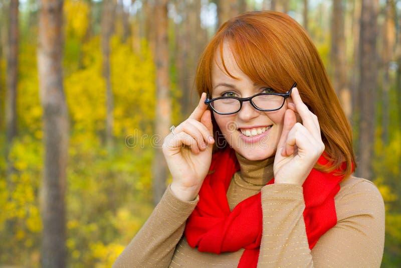 Portret van mooi roodharig meisje in glazen stock fotografie