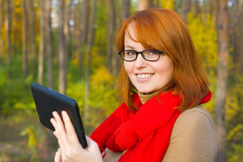 Portret van mooi roodharig meisje in glazen royalty-vrije stock afbeelding