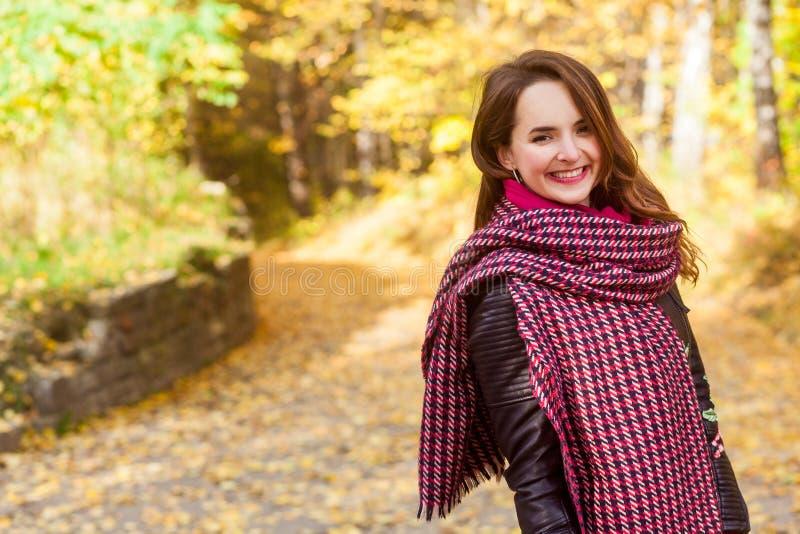 Portret van mooi roodharigemeisje die het park lopen Toothy smil stock afbeeldingen
