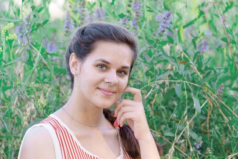 Portret van mooi Russisch meisje op achtergrond van blauwe wildflowers stock foto