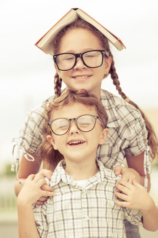 Portret van Mooi schooljongen en meisje die uit zeer gelukkig kijken stock afbeelding