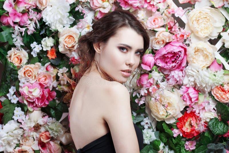 Portret van mooi sensueel maniermeisje, zoet, Mooie make-up en slordig romantisch kapsel De Banner van bloemen Background stock foto