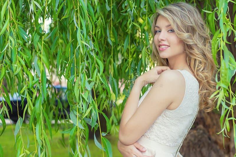 Portret van mooi sexy gelukkig glimlachend meisje met grote volledige lippen, met wit haar in een witte kleding stock foto