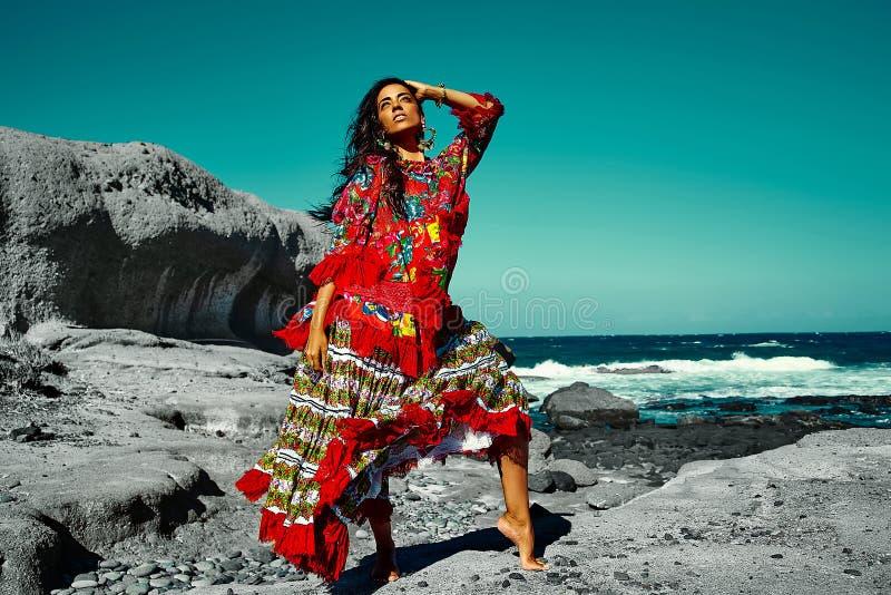 Portret van mooi sexy Kaukasisch heet donkerbruin meisjesmodel stock foto