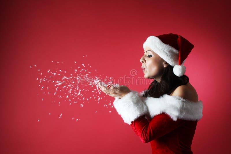 Portret van mooi sexy meisje die de kleren van de Kerstman dragen royalty-vrije stock foto's