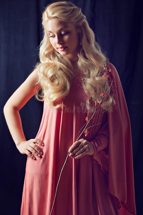 Portret van mooi sexy sensueel blondemeisje in een roze kleding w stock foto's
