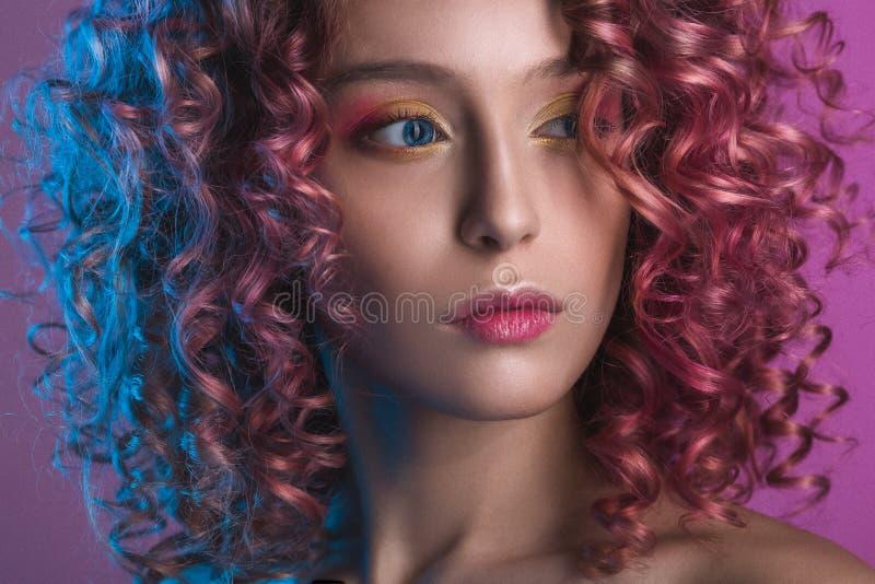 Download Portret Van Mooi Vrouwelijk Model Met Rood Krullend Haar Stock Afbeelding - Afbeelding bestaande uit stijl, wijfje: 107704941