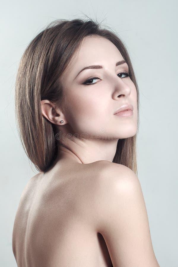 Portret van mooi vrouwelijk model met schoonheids schoon gezicht royalty-vrije stock fotografie