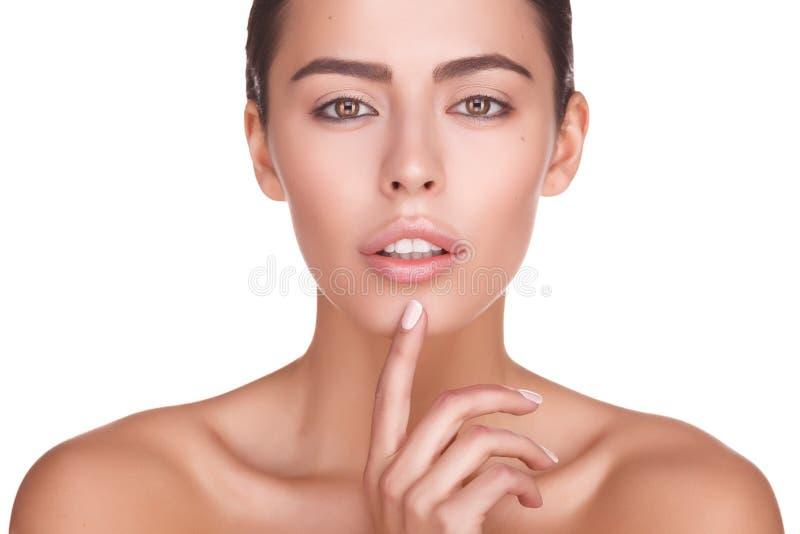 Download Portret Van Mooi Vrouwelijk Model Op Witte Achtergrond Stock Afbeelding - Afbeelding bestaande uit manier, meisje: 107705031