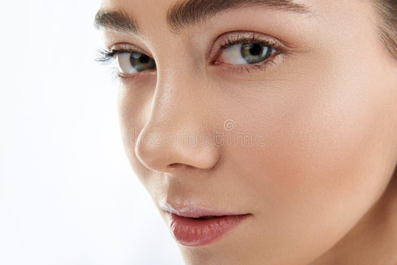 Portret van mooi wijfje met groene ogen stock afbeeldingen