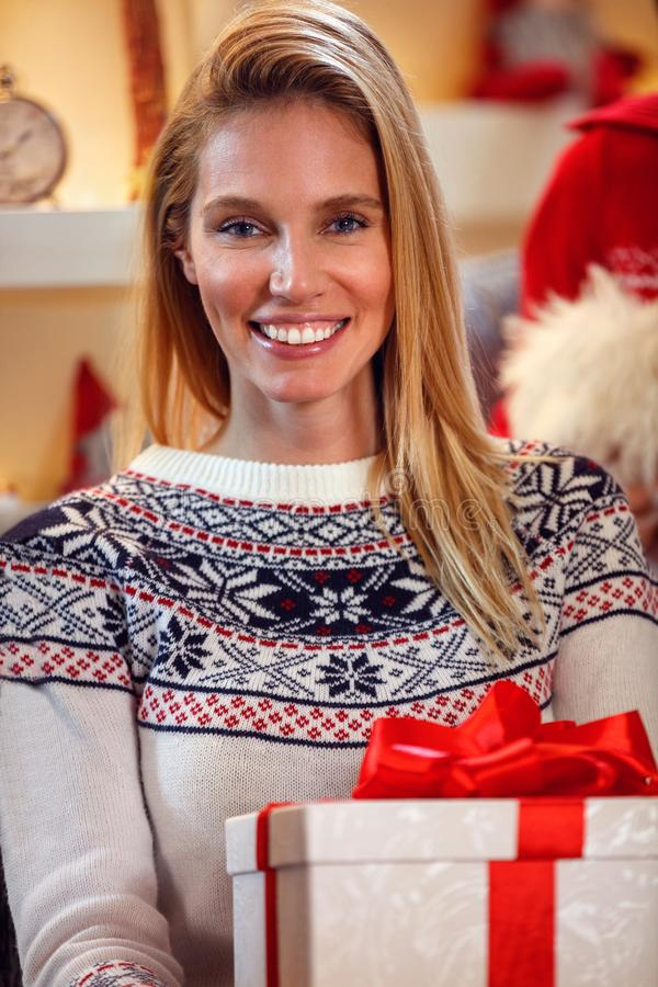 Portret van mooi wijfje met Kerstmisgift stock afbeeldingen