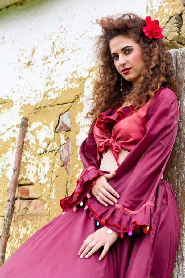 Portret van mooi zigeunermeisje stock foto