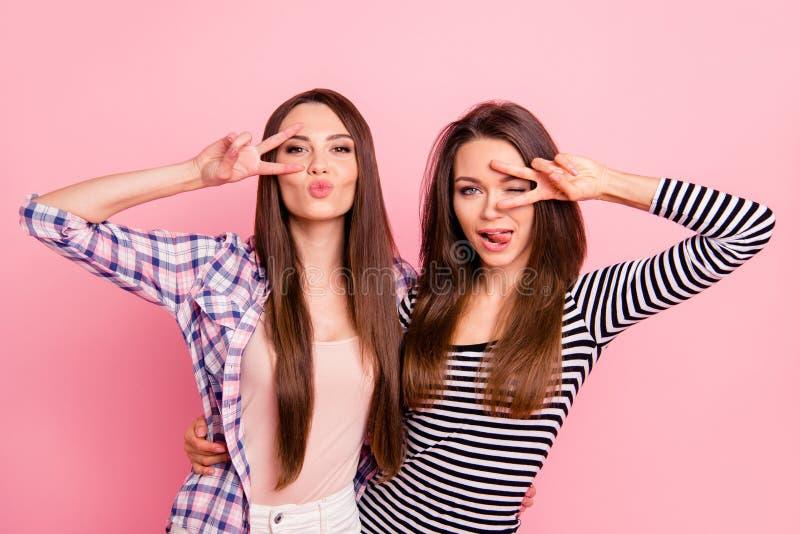 Portret van mooie aantrekkelijke mooie aantrekkelijke flirty vrolijke vrolijke recht-haired meisjes die toevallig tonend v dragen royalty-vrije stock fotografie
