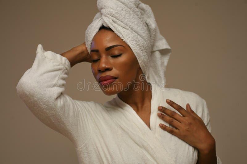 Portret van mooie Afrikaanse vrouw na het baden stock foto's