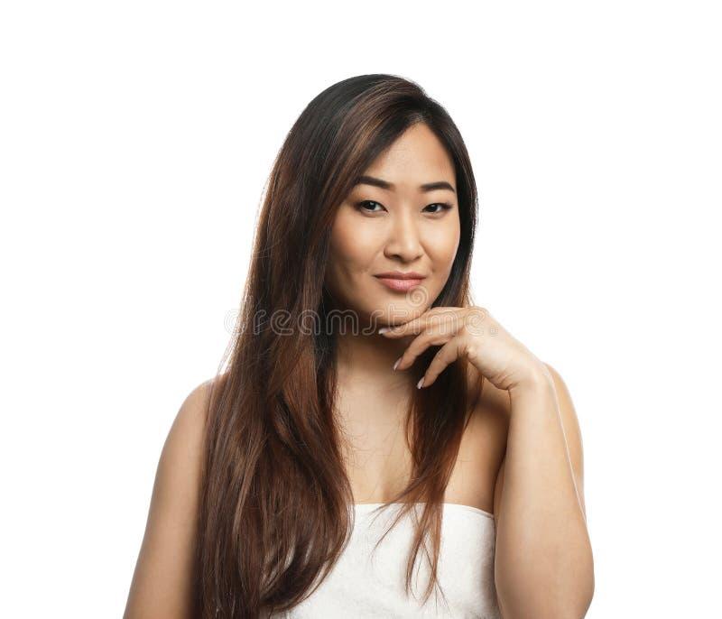 Portret van mooie Aziatische die vrouw in handdoek wordt verpakt op wit wordt geïsoleerd royalty-vrije stock fotografie