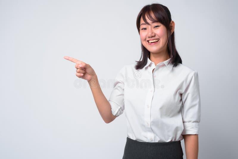 Portret van mooie Aziatische onderneemster tegen witte achtergrond royalty-vrije stock foto