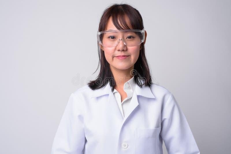 Portret van mooie Aziatische vrouw arts die beschermende glazen dragen royalty-vrije stock foto