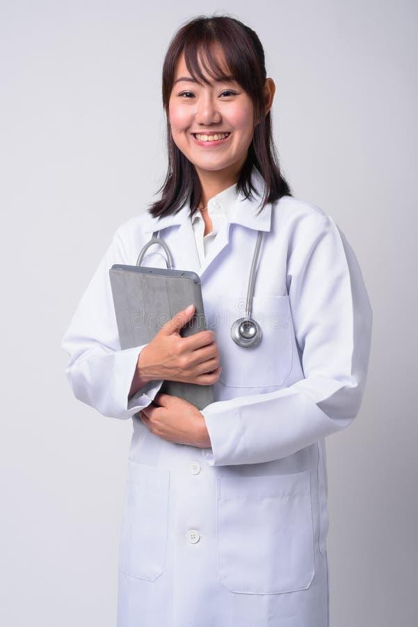 Portret van mooie Aziatische vrouw arts tegen witte achtergrond stock foto's
