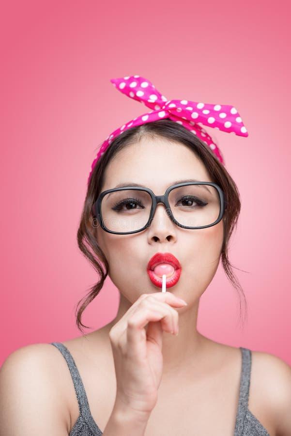 Portret van mooie Aziatische vrouw die de lolly van de hartvorm, D eten royalty-vrije stock foto