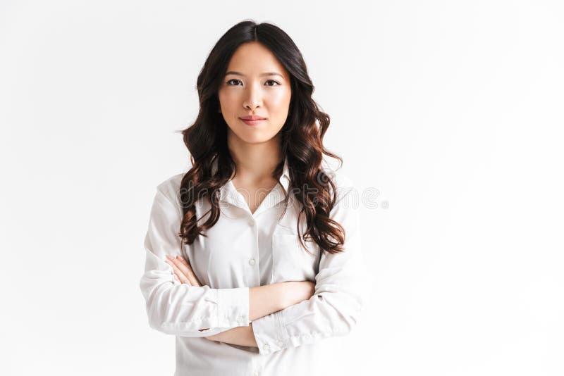 Portret van mooie Aziatische vrouw die met lang donker haar bekijken royalty-vrije stock foto's