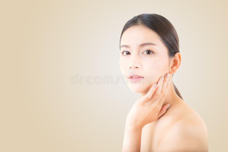 Portret van mooie Aziatische vrouwenmake-up van schoonheidsmiddel, de aanrakingswang van de meisjeshand en glimlach royalty-vrije stock foto