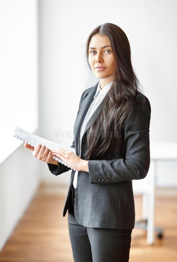 Portret van mooie bedrijfsvrouw met documenten in royalty-vrije stock foto