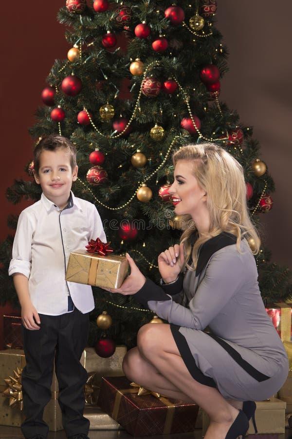Portret van mooie blonde jonge vrouw met haar weinig zoon stock afbeelding