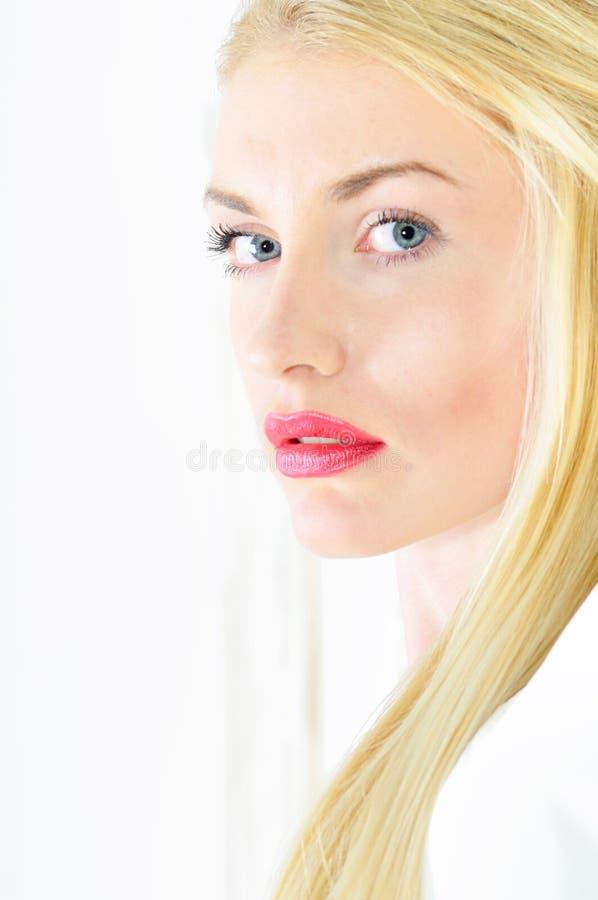 Portret van mooie blonde vrouw stock afbeeldingen