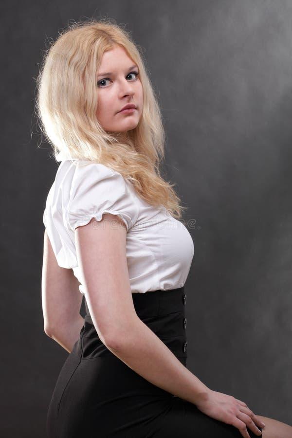 Portret van mooie blondevrouw stock afbeelding