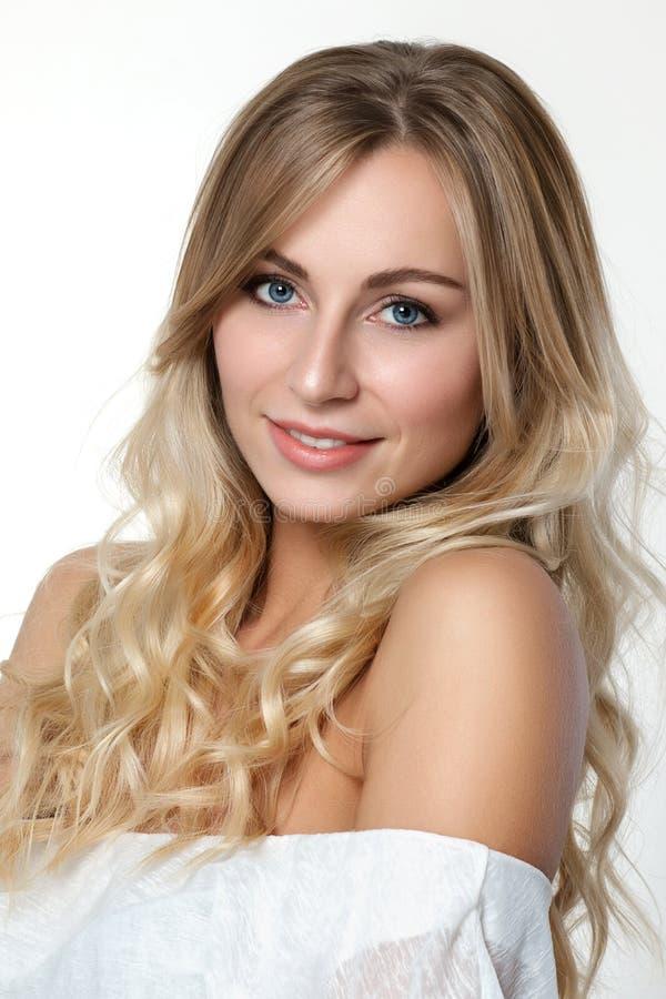 Portret van mooie blondevrouw stock foto's
