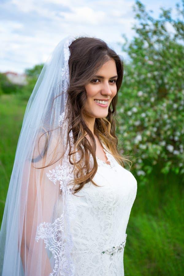 Portret van mooie bruid in bloeiende tuin stock fotografie