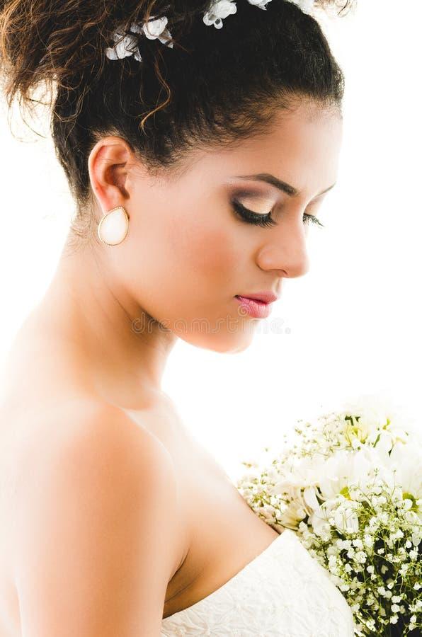 Portret van mooie bruid die neer kijken stock afbeeldingen