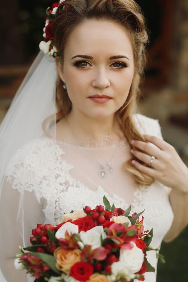 Portret van mooie bruid met boeket, schitterende blondebruid stock afbeeldingen
