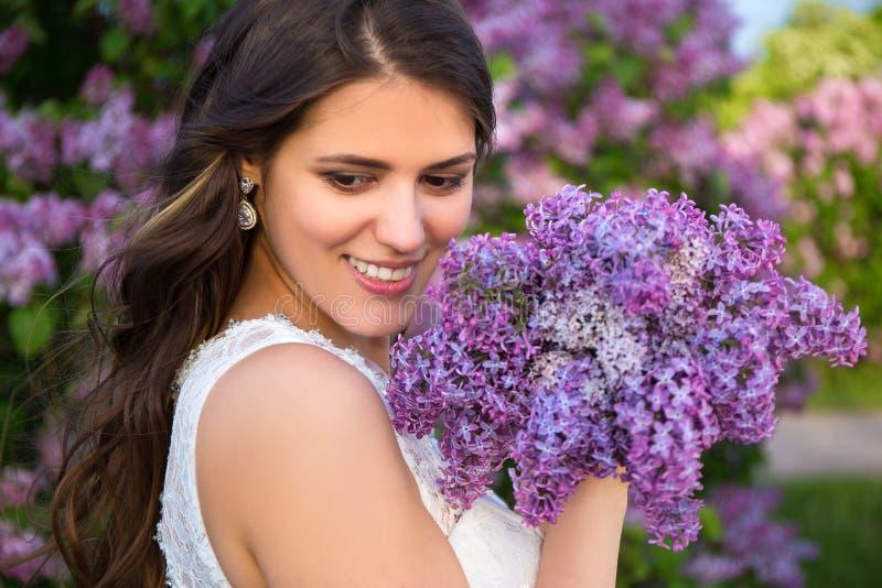 Portret van mooie bruid met groot boeket van lilac bloemen stock afbeeldingen