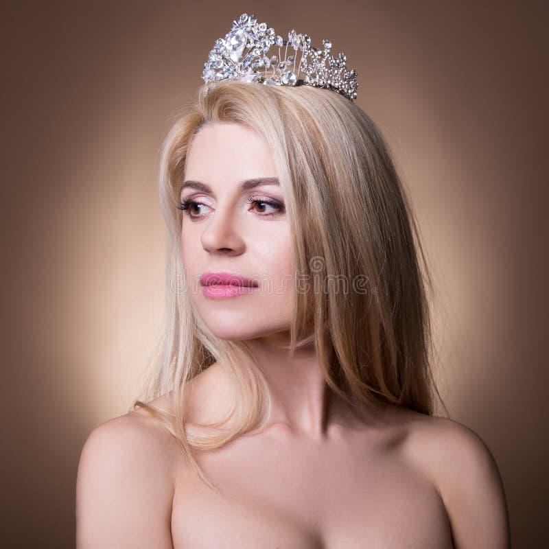 Portret van mooie bruid met kroon over beige stock foto's
