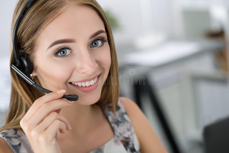 Portret van mooie call centreexploitant op het werk stock foto
