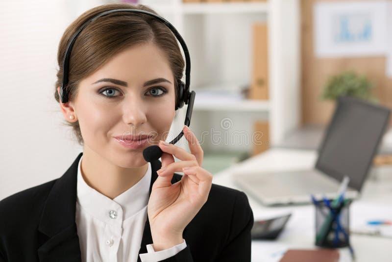 Portret van mooie call centreexploitant op het werk royalty-vrije stock foto