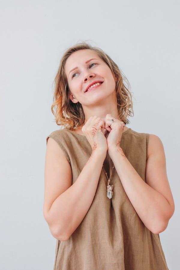 Portret van mooie charmante jonge vrouw in linnenkleding met mehendi op handen, eco natuurlijke die schoonheid, op witte achtergr royalty-vrije stock afbeeldingen