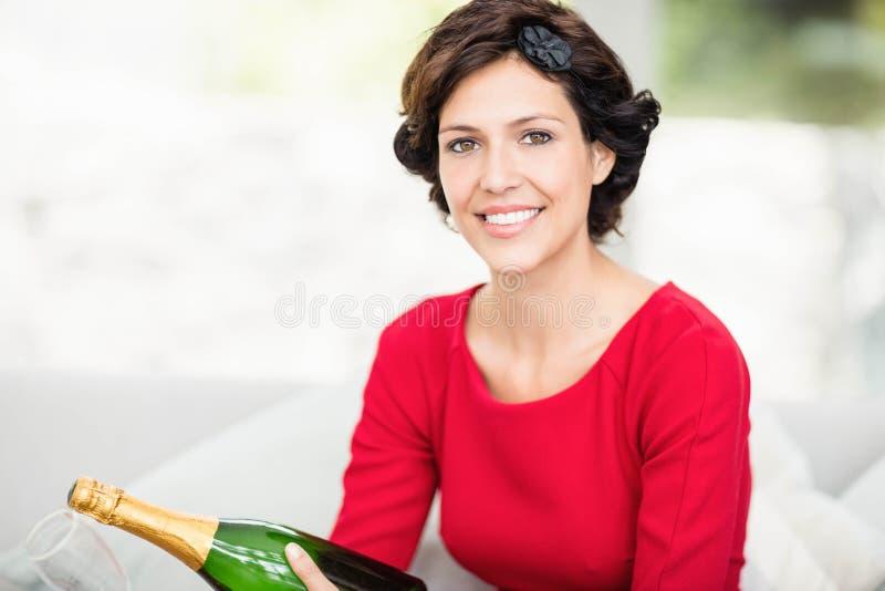 Portret van mooie de champagnefles van de vrouwenholding stock foto's