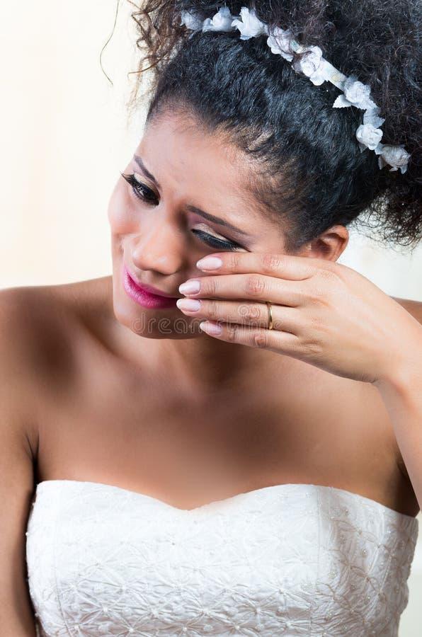 Portret van mooie diepbedroefde emotionele bruid stock foto