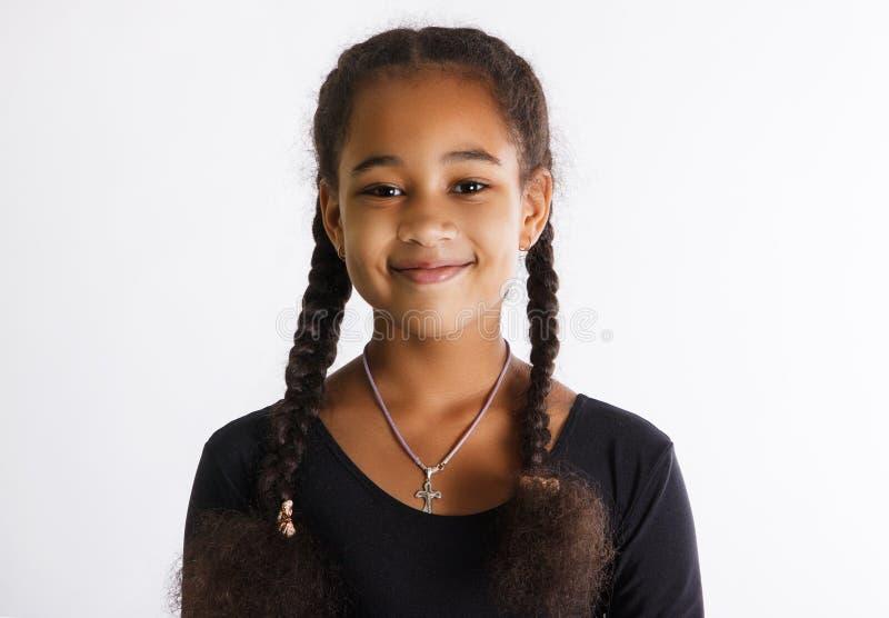 Portret van mooie donker-gevilde meisjes op een witte achtergrond De kindglimlachen stock afbeeldingen