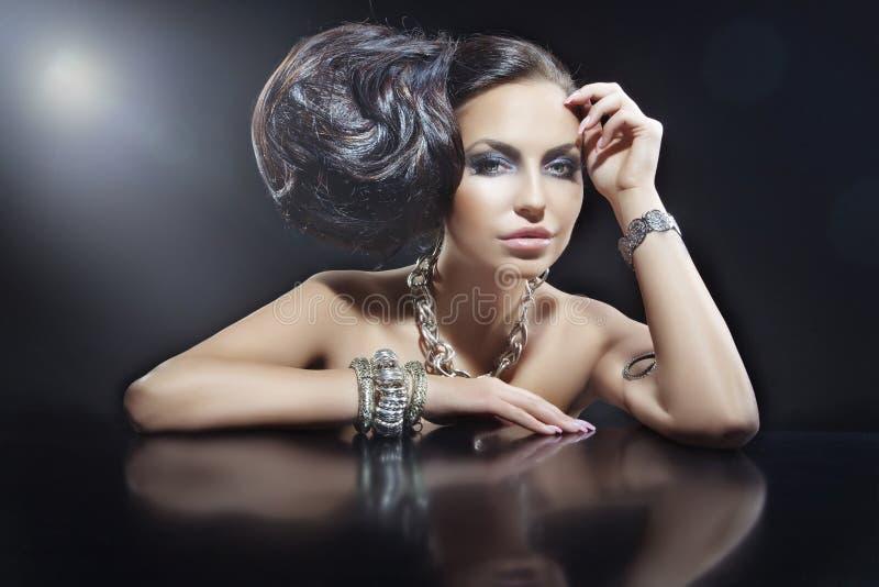 Portret van mooie donkerbruine vrouw die juwelen dragen stock afbeeldingen