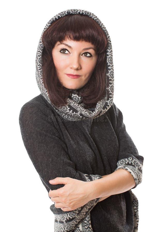 Portret van mooie donkerbruine vrouw in kleermakerijen Peruviaanse poncho/sjaal op geïsoleerd royalty-vrije stock foto
