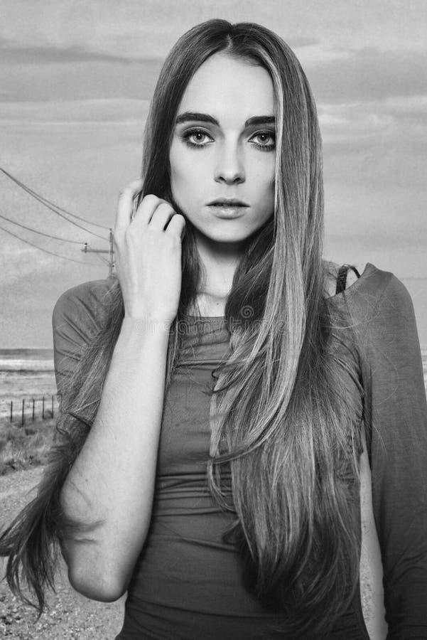 Portret van mooie eenzame vrouw status op de weg stock foto's