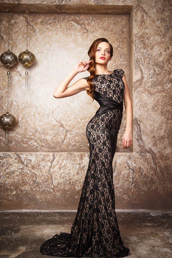 Portret van mooie elegante jonge vrouw in schitterende avondjurk royalty-vrije stock foto